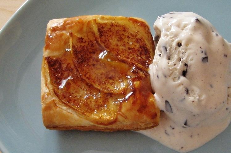 Hojaldre de manzana y helado de chocolate blanco