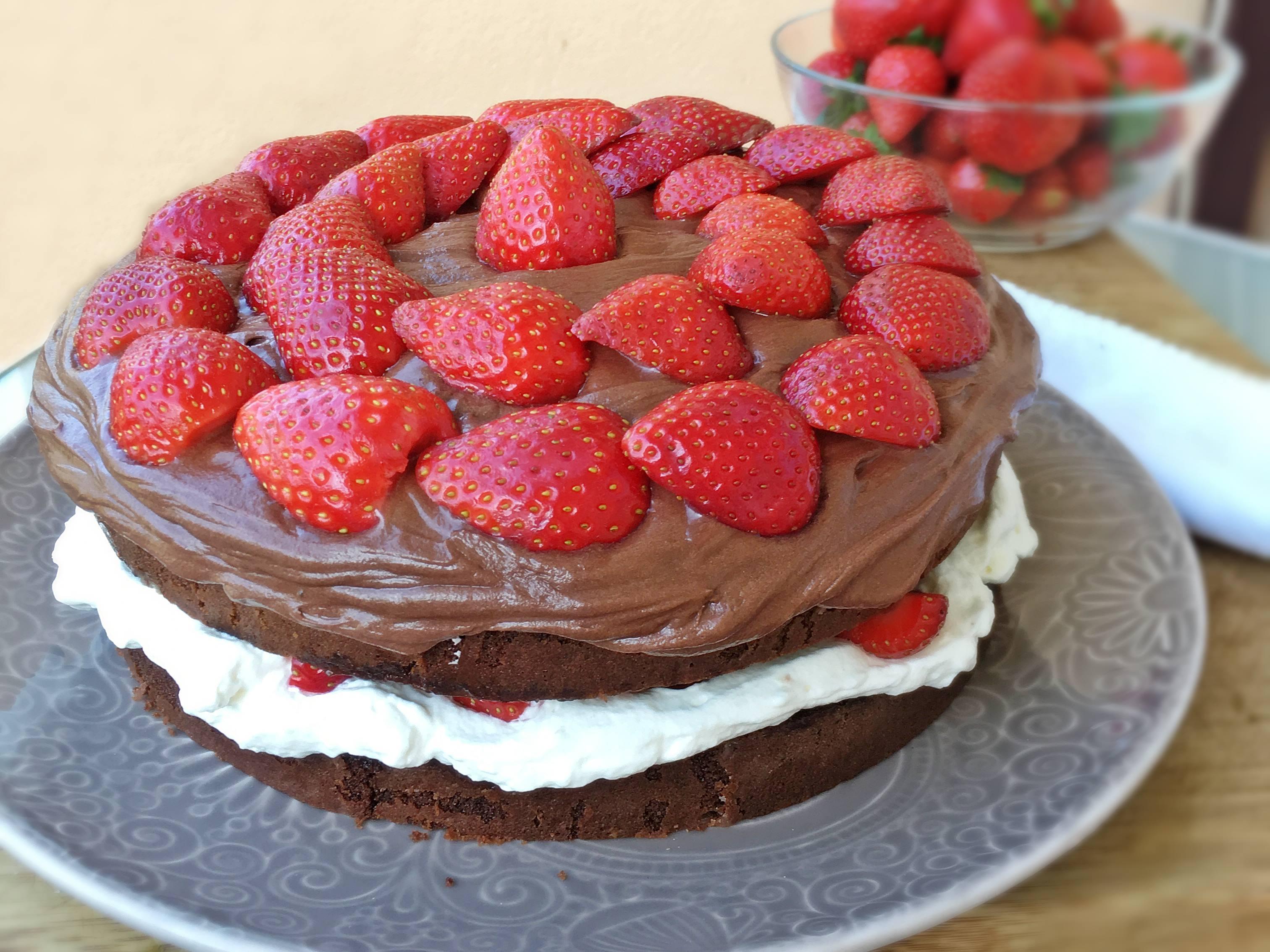 bizcocho de fresa nata y chocolate