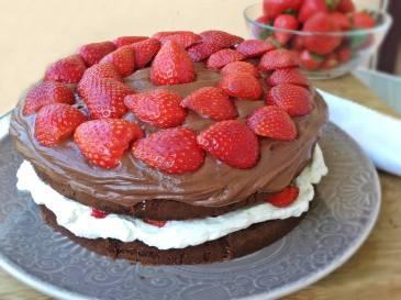 Tarta de chocolate, nata y fresas -1